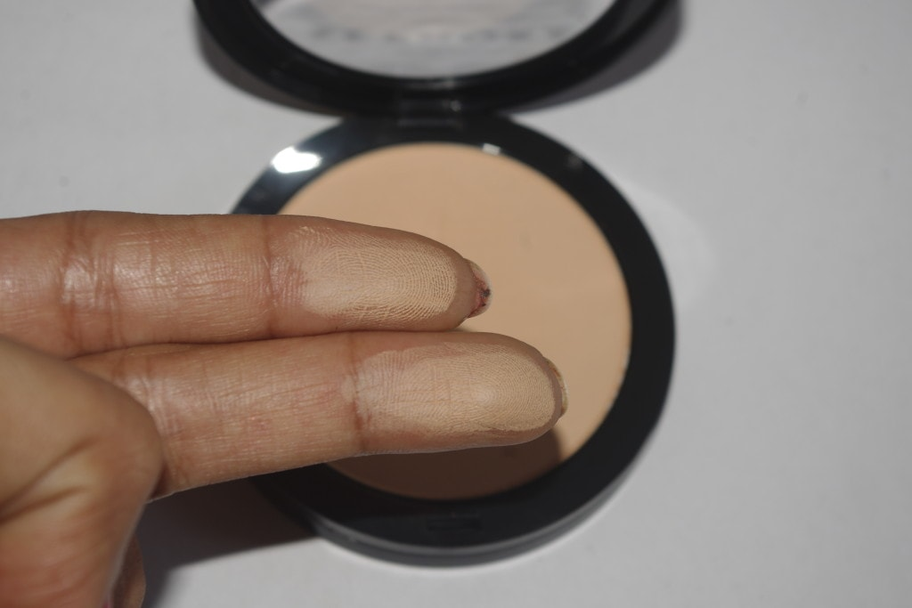 Sephora-8HR-Matifying-Pressed-Powder-Review-and-Swatch-Shade30-Medium-Sand